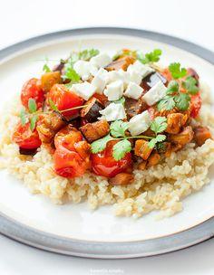 Kasza bulgur z bakłażanem, pomidorkami i fetą