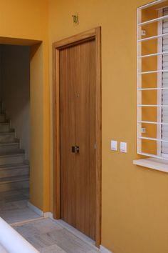 puerta de entrada con duelas verticales en madera maciza de iroko
