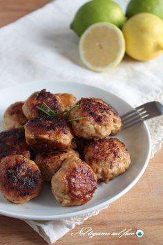 Polpette di pollo senza uova al limone e cotte in padella. Ecco la ricetta per renderle morbide e gustose