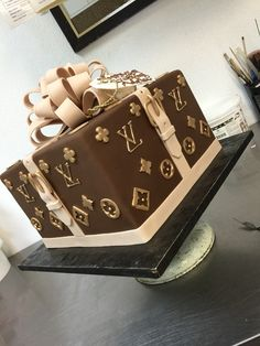 Surprise me with this Louis Vuitton Cake, and then the purse for my birthday! Bolo Gucci, Bolo Chanel, Chanel Cake, Fancy Cakes, Cute Cakes, Crazy Cakes, 19th Birthday, Sweet 16 Birthday, Cake Birthday