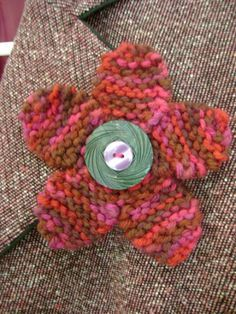 knitted flower pin pattern  (c) purl3agony 2012
