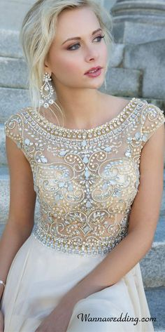 Detail on the top of this dress is completely stunning, sophisticated look to it yet still beautiful