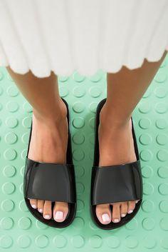 Lookbook Wanna Be Carioca. #MelissaWannaBeCarioca #WannaBeCarioca #MelissaBoemia Melissa Shoes, Cute Sandals, Shoes Sandals, Plastic Shoes, Blue Suede Shoes, Estilo Boho, Women's Feet, Fashion Sandals, Flats