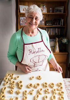 Italian Taralli – Savoury fennel seeds snacks Rosetta and her taralli Italian Snacks, Italian Cookie Recipes, Italian Cookies, Italian Desserts, Italian Dishes, Baking Recipes, Dessert Recipes, Italian Crackers Recipe, Italian Foods