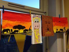 Afrikaanse knutsel/tekenopdrachten groep 6  - savanne + silhouetten (ecoline achtergrond, zwart papier/karton voor de silhouetten) - giraffe (wit papier half a3, wascokrijt) - leeuw (bruin papier a4, wascokrijt)
