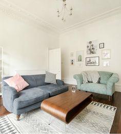 Im Wohnzimmer von Made Kundin Nicola stehen das Orson Sofa, der Garston Loveseat und unser Hooper Couchtisch aus Walnussholz. | Made Unboxed