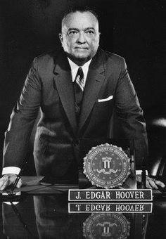 """Tendo conseguido entrar na faculdade de Direito, aos 22 anos, John Edgar Hoover se tornou assistente especial do Procurador-Geral, A. Mitchell Palmer, famoso por instigar a primeira onda norte-americana de """"panico vermelho"""" [temor do comunismo] e as primeiras caças às bruxas contra os comunistas — habilmente incitado por seu jovem acólito. Promovido à Divisão-Geral de …"""