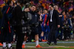 Paris Saint-Germain's Spanish headcoach Unai Emery (R) walks on the sideline during the UEFA Champions League round of 16 second leg football match FC Barcelona vs Paris Saint-Germain FC at the Camp Nou stadium in Barcelona on March 8, 2017. / AFP PHOTO / Josep Lago