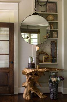 Nada como uma decoração inusitada no hall de entrada para das as boas vindas aos seus convidados. O espelho redondo pendurado do teto contrastou perfeitamente com o aparador rústico de tora de madeira.