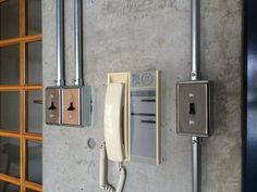 『イエナカ手帖』に投稿されたhorikenさんの記事 - マテリオドロッグリのその他『タイトル:ボックス型のコンセント』です。家の中(イエナカ)の知識や工夫を共有して、イエナカの暮らしをもっと楽しもう! Electrical Installation, Electrical Wiring, Industrial House, Industrial Style, Conduit Lighting, Interior Architecture, Interior And Exterior, Residential Electrical, Breaker Box