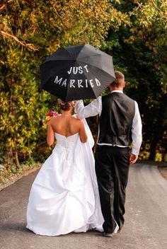 Das wär auch ganz nützlich. Aber eher ein weißer Schirm mit dunkelblauer Aufschrift. +++ Might need this if you're getting married in a rainy season!