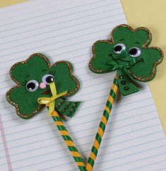 Top o' the pencil! Patrick's Day in style with these Shamrock Pencil Toppers. Kids will love transforming this everyday school supply into a colorful new friend. Easy Paper Crafts, Felt Crafts, Pencil Topper Crafts, Pen Toppers, Craft Activities For Kids, Kids Crafts, Craft Ideas, Preschool Projects, Craft Art