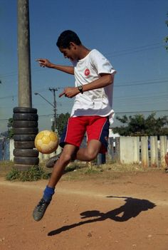 Awesome way to improve touches especially juggling!! ^street, soccer, futball, game, practice