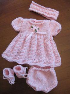 ensemble laine fait main Reborn ancienne poupee pour bebe mesurant env  30cm. Robe TricotTricot ... a9495c6de92