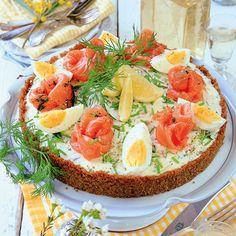 Cheesecake är alltid lika tacksamt och praktiskt att bjuda på, eftersom den till och med blir ännu godare om man gör den någon dag i förväg. Så här i påsktid blir det förstås en cheesecake med ägg och lax. Fish Recipes, Appetizer Recipes, Baking Recipes, Appetizers, Savory Cheesecake, Open Faced Sandwich, Sandwich Cake, Swedish Recipes, Food Decoration