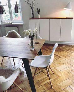 Die hübsche Altbauwohnung unserer Kundin Juli in Hamburg wurde mit einem Holzconnection Tisch nach Maß im skandinavischen Design gefertigt. Neugierig auf mehr Wohn-Inspiration? Besuchen Sie Holzconnection online oder vor Ort in einem unserer Showrooms! Wir beraten Sie zu Ihrem Traummöbel aus Holz __________ #hygge #scandinaviandesign #esszimmer #interiordesign #homeinspiration #altbau Scandi Living, Interiordesign, Hygge, Eames, Dining Table, Chair, Inspiration, Furniture, Home Decor