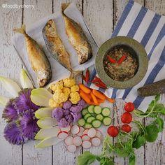 "Dinner   Serving traditional spicy Thai ""Num-Phrik"" with fried short mackerels and colorful fresh veggies  Have a nice week ahead everyone  . . มื้อเย็น   ""น้ำพริกขี้กา ปลาทูทอด ผักสด"" คุณมี้ตำน้ำพริกขี้กามาฝากแต่ใช้ปลาซาบะย่างทำ(เพราะปลาทูแพงและหายาก ) มีปลาทูทอดด้วย(แทบจะพลิกแผ่นดินไปหามา) กับผักหลากสีกองสุดท้ายแล้วค่า  มื้อนี้อร่อยมาก ปล.น้ำพริกขี้กาคล้ายๆกับน้ำพริกปลาทูย่างค่ะ มีใครเคยทานบ้างเอ่ย  กูดอ๊าฟเตอร์นูนประเทศไทยค่า #foodbycherry . . พี่เจี๊ยบ @junbayky_home…"
