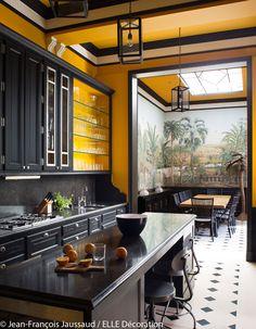 Une cuisine jaune et noire - Une splendide maison à la déco exotique - Elle Décoration
