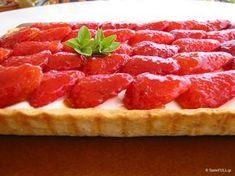 Αυτή η τάρτα με φράουλες είναι τόσο τρυφερή και γλυκιά όταν την τρως που με έκανε να την συσχετίσω με τη γλύκα που έχει η μητρότητα. Raspberry, Strawberry, Grapefruit, Waffles, Bacon, Sweets, Cooking, Breakfast, Recipes