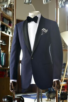 Adorable and striking shawl collar single button black lapel two toned blue tuxedo for men. Sharp Dressed Man, Well Dressed Men, Smoking Azul, Navy Tuxedos, Navy Suits, Wedding Tux, Blue Tuxedo Wedding, Wedding Ideas, Tuxedo For Men
