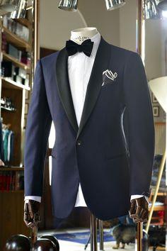 Smoking azul noche con solapa negra,  con un pañuelo que realmente inyecta modernidad.