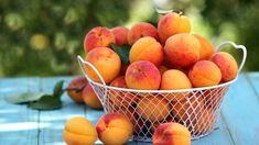 Dozrievajú marhule: Po roku si zopakujte klasiku, skúste aj zaujímavý recept šéfkuchára   TVnoviny.sk Prunus, Peach, Fruit, Food, Essen, Peaches, Meals, Yemek, Eten