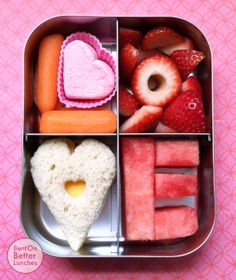 Valentine's Day Bentobox - Baby carrots & a marshmallow heart O - Strawberries V - Cheese sandwich heart E - Watermelon Valentines Healthy Snacks, Valentines Day Food, Valentine Recipes, Valentine Ideas, Funny Valentine, Lunch To Go, Lunch Box, Lunch Time, Baby Food Recipes