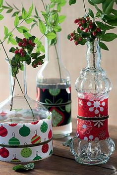 Revestidas com retalhos de tecido (grudados com fita dupla-face), as garrafas ficam prontas para o Natal. Para o acabamento, corte o tecido com uma tesoura zigue-zague e passe uma fita em volta do pano. Quando a data passar, é só tirar o adereço