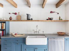 cozinha azul com vigas de madeira