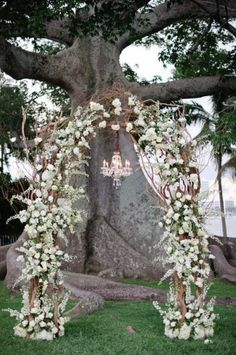 Wedding arch for an unforgettable secular ceremony - 75 decorating ideas The secular wedding ceremony has its magic moments full of emotions that leave unforgettable memories. To pronounce one's vows under a wedding arch is. Winter Wedding Arch, Wedding Ceremony Arch, Wedding Ceremony Decorations, Wedding Venues, Wedding Arches, Palm Beach Wedding, Dream Wedding, Wedding Day, Trendy Wedding