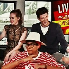 grant and danielle at SDCC i'm missing granielle & snowbarry Barry And Caitlin, The Flashpoint, Logan And Jake, Flash Funny, Superman Lois, Hipster Drawings, The Flash Grant Gustin, Snowbarry, Killer Frost