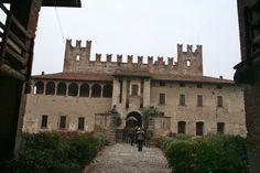 il castello di Malpaga, nel territorio di Cavernago, piccolo comune alle porte di Bergamo. Lombardia