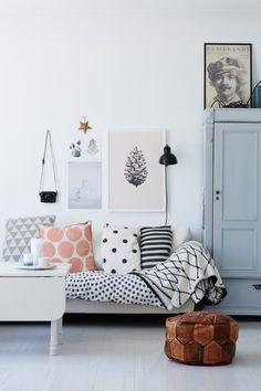 Une maison faite de récup en Norvège (PLANETE DECO a homes world) Mix and match pillows. Any easy way to reuse fabric from your stash to match your new home Home Living Room, Living Room Designs, Living Spaces, Puff Para Sentar, Living Room Inspiration, Interior Inspiration, Interior Ideas, Ideas Dormitorios, Boho Deco