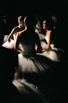 Dancers of Paris Opera Ballet behind the scenes during Etudes ph. Gérard Uféras