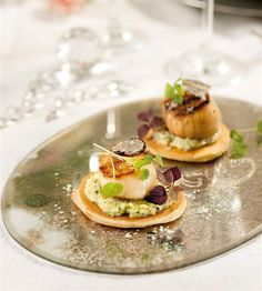 Blinis con vieiras al aceite de trufa Xmas Dinner, Hors D'oeuvres, Food Humor, Funny Food, Canapes, Appetizers For Party, Finger Foods, Holiday Recipes, Catering