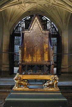 King Edward's Chair - é o trono utilizado pelos monarcas britânicos durante a Coroação. Este trono foi colocado em 1296 pelo rei Eduardo I, da Inglaterra e provavelmente continha fragmentos da Pedra de Scone, que o rei capturou da Abadia de Scone. Abadia de Westminster –