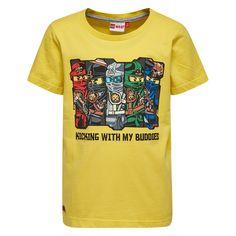 Gele jongens tshirt TEO van het merk Legowear. Dit is een tshirt met een ronde hals en korte mouwen. De tshirt heeft een opdruk van de verschillende figuren uit de reeks Ninjago. En de tekst : kicking with my buddies