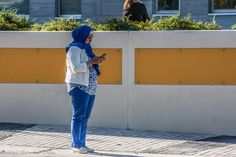 Hijab Cell, Montréal, Québec.  Photo by Richard Guimond ©2016 20161006 0031 (2)f CanonEOS 40D 75-300mm at 154mm 1/500 f10