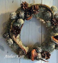 Atelier Kari lager kranser, hjerter og dekorasjoner av vakre naturmaterialer. Dekoratør på Finnskogen.