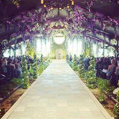 室内なのに、グリーンやお花がたっぷり。夢見心地の、なんとも幻想的なチャペルです。