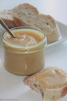 """So und hier wie angekündigt, das Süße gegen schlechte Laune. """"Dulce de leche"""" ist eine Art Karamell und heißt aus dem Spanischen übersetzt etwa: """"Süßes aus Milch"""" oder auch """"Milchkonfitüre"""". Es ist in Lateinamerika auch unter dem Namen """"manjar blanco"""" bekannt, wird dort als Brotaufstrich oder Creme gegessen und aus Milch, Zucker und Vanille hergestellt. …Weiterlesen…"""