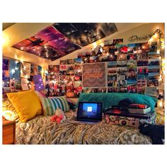 good idea on how to decorate a dorm. just would do a lofted bed. yep.