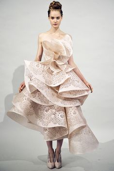 This is a beautiful soft pink silk laser cut dress made by Marchesa from the Spring 2011 collection. The layers look like a delicate Mille-feuille. Haute Couture Style, Couture Mode, Couture Fashion, Runway Fashion, Fashion Art, High Fashion, Fashion Show, Fashion Design, Face Fashion