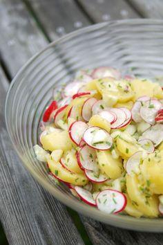Kartoffel-Radieschen-Salat Zutaten  750g Kartoffeln 1 Knoblauchzehe 1 Zwiebel Olivenöl 200ml Hühnerbrühe 2 EL Balsamico Honig 1 EL Kräuter-Essig 1 Prise Zucker, Salz, Pfeffer 1 TL Senf, mittelscharf 1 Bund Radieschen 1 Salatgurke 1 Bund Schnittlauch 2 EL Rapsöl