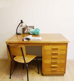 Cool vintage houten Eeka bureau. Industriële tafel met lades.