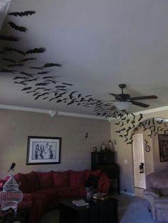 Gaaf idee voor Halloween! Vleermuizen aan plafond en muur. Simpel te maken met zwart papier.