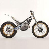 Sherco 2.5 2012    MOTOR: 2 tiempos  CILINDRADA: 249.7 cc  CAMBIO: 5 velocidades  PESO: 68 Kg.  NEUMÁTICOS: Ant.21, Post.18