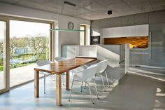 rámová kuchyně, šedá podlaha, světlá okna
