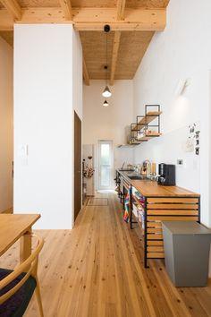 ウッドワン「KUROMUKU」キッチンです。 キッチン上部にある収納はKUROMUKUシリーズの「カベツケ」という商品。 スッキリとした収納ができますね♪ #注文住宅#マイホーム#新築#インテリア#住宅#家#建築#家づくり#マイホーム計画#一戸建て#デザイン#暮らし#自由設計#施工事例#住まい#キッチン#ウッドワン#無垢床#照明#造作 Conference Room, Divider, Living Room, Architecture, Kitchen, Table, House, Furniture, Interiors