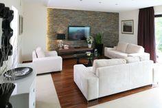 Kamień, cegła czy może drewno? Naturalne okładziny ścienne cieszą się niesłabnącą popularnością. Zobaczcie jak prezentują się na ścianie w salonie.